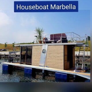 #lentekriebels? En op zoek naar een unieke exclusieve #vakantiebestemming? Deze zomer kun je bij Gelderse Bootverhuur overnachten op een van onze prachtige #houseboten! Nabij een van de eilandjes of geheel op een #privé plekje op het water! De keus is geheel aan jou! Deze knusse Houseboat Marbella is geschikt voor 2 tot max. 4 personen. De luxe inrichting zorgt ervoor dat u optimaal kunt genieten! Via de achterzijde van de boot kunt u via een vaste trap naar het riante #dakterras waar u heerlijk kunt vertoeven en #genieten van het prachtige uitzicht! Vanuit de woonkamer betreed u het grote voorterras waar u 's ochtends heerlijk in het #zonnetje kunt ontbijten, een frisse duik nemen of lekker een boekje lezen! Optimaal #ontspannen!! #vakantie #water #COVID19-#coronaproof #houseboats #tinyhouse #uniekelocatie #vakantieineigenland #vakantiegevoel