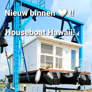 Yesss, onze 2e Houseboat 'Hawaii' is ook gearriveerd 😍!! Deze luxe houseboat is geschikt voor maximaal 6 personen. Vanaf 13 augustus is de 'Hawaii' beschikbaar voor de verhuur. Komende week zullen we uiteraard meer kiekjes met jullie delen, dus blijf ons volgen 😉! #newarrivals #houseboat #vakantieineigenland #supboard #sunsets #photography #amazingview #hawaii #exclusive #adventuretime #adventure #nature #bootjevaren #dreamboat #summervibes 🌞🌞😁