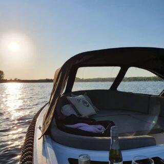 Zomer in Nederland! Enjoy the moment 🌞🌞🌞!! Genieten tot in de late uurtjes 😍!! Wij zijn tot 21.00 uur open!! #vacationtime #watersportsaddict #watersportgebied #boatrentall #sunny #sunsetlovers #sunsetphotography